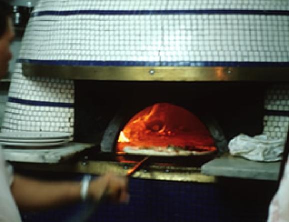 ナポリピザの特徴である薪窯。400度以上の高温になる。