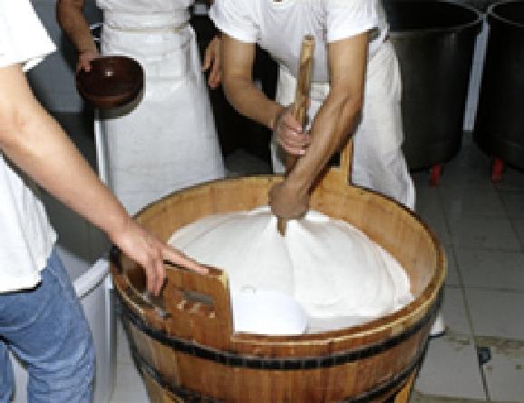 材料に熱湯を入れ、溶かしてなめらかにします。
