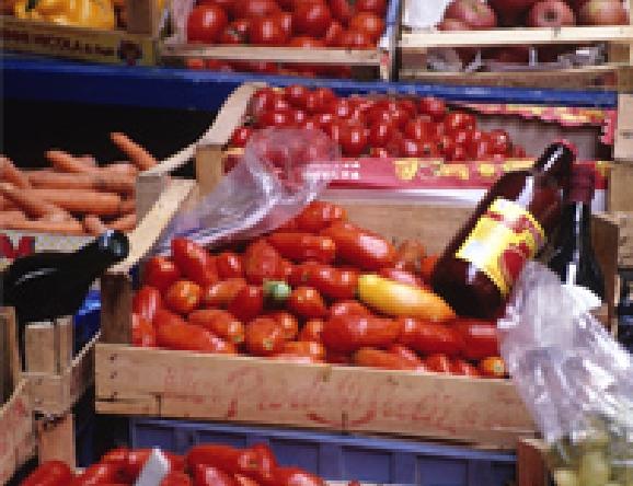 市場にもトマトが所狭しと並びます。