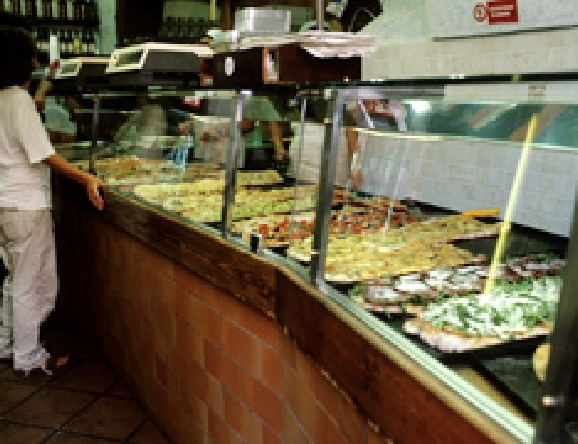 他にも多くの切り売りピザの店があります。