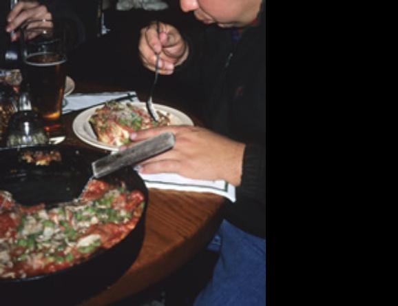 店内は時間をかけてこのボリュームあるピザを楽しむ客であふれている。