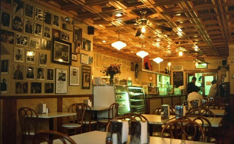 Photo:1909年開店。シカゴ・テイラー通りにあるピザの名店。店内を有名なイタリア系アメリカ人の写真が席巻している。