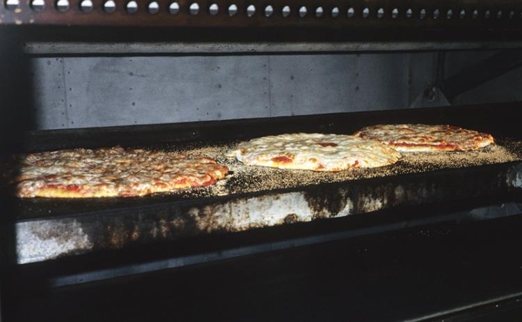 Photo:シカゴ、ハーレム・アヴェニューにあるリトルイタリーのピザ店にて。職人の手で大きなピザが次々と焼き上がる。