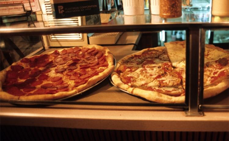 Photo:シカゴ、テイラー通りにあるピザの名店では、朝早くから様々なトッピングのピザを焼き上げて、ピザ好きの嗜好に応える。